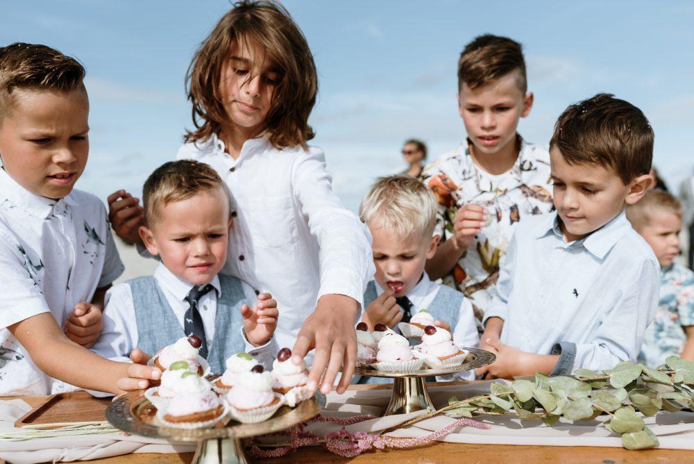 Ook voor de taart(jes) zorg ik voor een passende styling met diverse plateau's en groen! - Willeke at Work